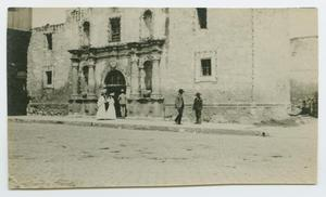 Primary view of [People Visiting the Alamo]