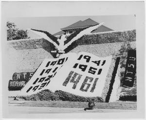 Primary view of object titled '[Sigma Phi Epsilon house decorated for North Texas Homecoming, 1961]'.