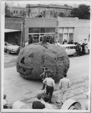 Primary view of object titled '[Photo of North Texas Homecoming Parade, 1958]'.